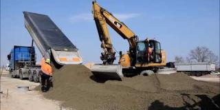 Embedded thumbnail for 04.04.2019 - Wykonanie odcinka próbnego podbudowy z chudego betonu w miejscowości Góraszka