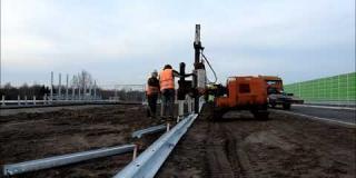 Embedded thumbnail for 17.12. 2019 - montaż barier energochłonnych w pasie S17, Wólka Mlądzka